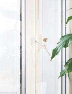 замок блокиратор с тросиком и ключом белый 3 360x470 230x300 - Замки на окна от детей, детские блокаторы